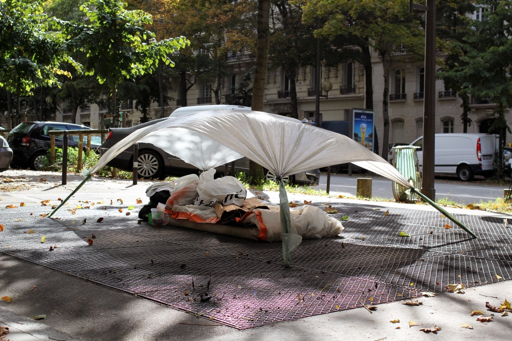 Airbnb Castles - Homeless Paris